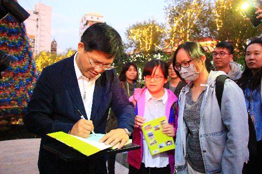 林佳龍柳川辦簽書會 粉絲排隊支持(1)台中市長林佳龍(左)7日下午到柳川直播介紹當地風景,並舉辦簽書見面活動,吸引不少民眾前往聚集排隊,為林佳龍加油打氣。中央社記者蘇木春攝 107年12月7日