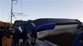 南韓高鐵驚傳翻覆意外!發車不到10分鐘出軌 14人輕傷(圖/翻攝自H.Ramirez推特)