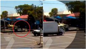 時空旅行真實上演?3年前澳洲發生一起貨車爆炸事件,由於近日召開死因庭,當時的監視器畫面意外被公開,只見影片中有名男子原先還在人行道,卻在貨車爆炸的前一刻離奇消失,讓不少網友驚呼「怎麼消失了」。(圖/翻攝自7 News)