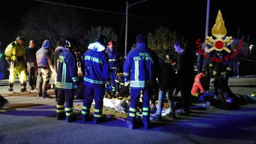 義大利夜店踩踏意外至少6人死亡。(圖/翻攝Vigili del Fuoco推特)
