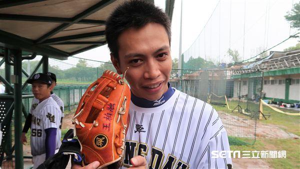 鯰魚哥使用的是王柏融大學用的三壘手套。(圖/記者王怡翔攝影)
