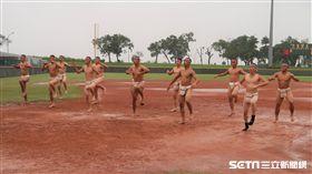 中道中學球員穿丁字褲跳舞。(圖/記者王怡翔攝影)