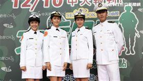《女兵日記》舉行上檔記者會,劇中演員皆穿軍服出席造勢。(圖/中天)