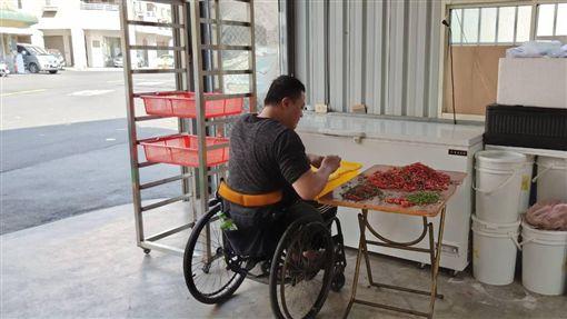 工作摔成癱瘓還被父嫌丟臉 他靠自己做「安心辣椒醬」(臉書光線提供)