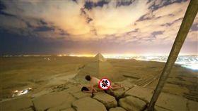 約友爬金字塔頂「激戰」 色影師淫照PO網引眾怒(圖/翻攝自 Open Mind YouTube)