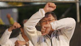 柯文哲在台北馬拉松熱身(1)2018台北馬拉松9日在台北市政府廣場前登場,台北市長柯文哲及來賓在起跑前,與民眾一起熱身運動。中央社記者徐肇昌攝 107年12月9日