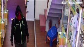 西門町娃娃機店出現1名戴著「死侍」頭套的男子竊取公仔(翻攝畫面)