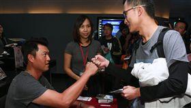 《後勁:王建民》見面會,王建民和導演陳惟揚和滿場熱情觀眾合影。(圖/牽猴子整合行銷提供)