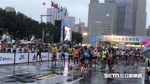 2018台北馬拉松在細雨中開跑。(圖/記者劉忠杰攝影)