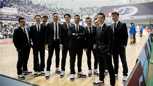 黑人陳建州自掏腰包送教練團每人一雙AJ11球鞋(圖/寶島想家提供)