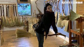 林依晨買手工掃帚當紀念品,跨騎扮「哈利波特」。(圖/周子瑜樂提供)