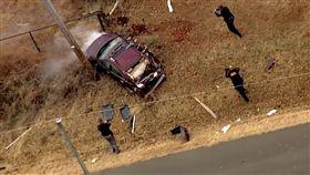 美國奧克拉荷馬州發生一起驚險的警匪追車,場面相當瘋狂!一輛拒絕攔檢的可疑車輛沿途狂飆30多公里,車上還有乘客開門跳車試圖聲東擊西,最後車子還是失控空翻撞上電線杆,全程簡直比電影還要緊張刺激。(圖/翻攝自KOCO 5 News)