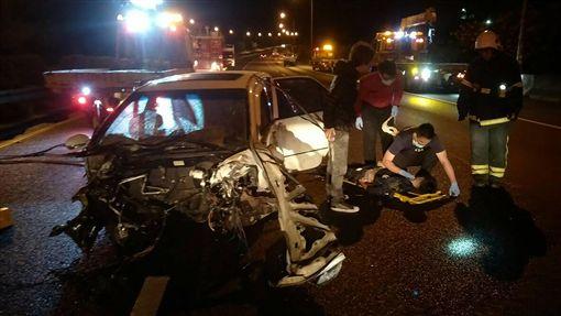 國道碰撞車禍 1死2命危5人受傷(1)國道1號北上138公里銅鑼路段,9日清晨一輛自小客車疑似變換車道不慎,與小貨車發生碰撞,導致一人當場死亡,2人命危,另有5人受傷送醫。(苗栗縣消防局提供)中央社記者管瑞平傳真 107年12月9日