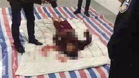中國大陸湖南2日發生了一起駭人命案,一名12歲的男童因為不滿母親管教太嚴,竟然趁半夜拿菜刀狂砍媽媽20多刀。事後被警方逮捕時還不停冷笑,滿不在乎的態度,讓鄰居跟男童外公都十分害怕。(圖/翻攝自微博)