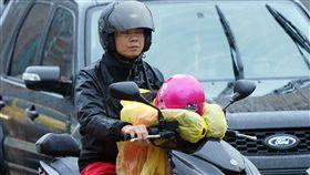 仍是下雨天(2)中央氣象局表示2日天氣仍受東北季風及颱風外圍環流影響,基隆北海岸、大台北山區及東半部地區有局部大雨或豪雨發生機率,民眾穿著雨衣趕上班、上學。中央社記者孫仲達攝  107年11月2日