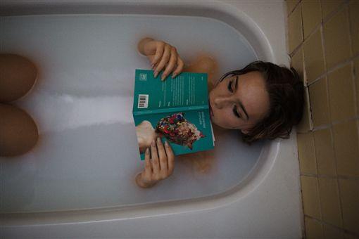狼父見女兒洗澡,竟然幻想性侵她。(示意圖/Pixabay)