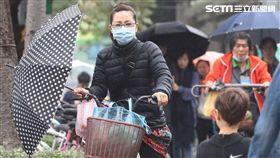 北部濕涼局部大雨(3)中央氣象局氣象預報,持續受東北季風影響,9日台灣北部及宜蘭整天濕涼,高溫只有攝氏20至23度,中南部及花東較溫暖,高溫約24至28度,日夜溫差仍大,早晚戶外活動記得穿著要保暖。圖為走在台北街頭的民眾撐傘遮雨。中央社記者吳翊寧攝 107年12月9日