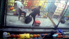 台北市士林夜市連姓籃球九宮格攤商疑因債務糾紛遭3惡煞圍毆,他事後向警方提出傷害告訴(翻攝《爆料公社》)