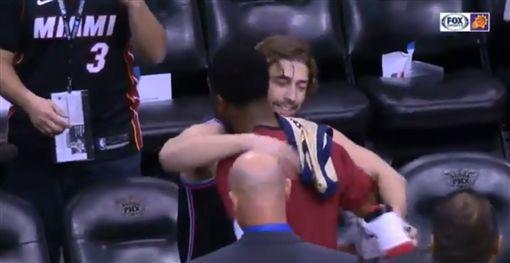 閃電俠魔力!一枝筆…讓成年壯漢落淚NBA,邁阿密熱火,Dwyane Wade,簽名,落淚翻攝自推特