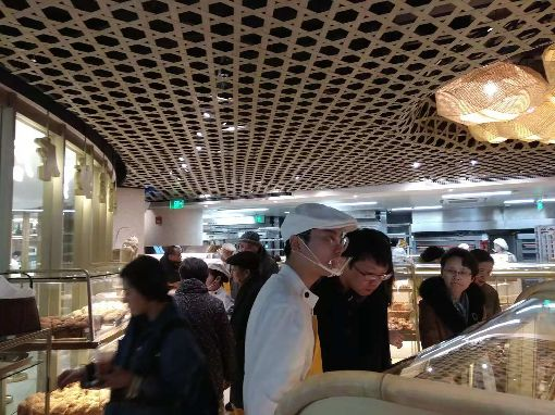 被指台獨麵包  吳寶春麵包店生意不受影響雖然被部分中國大陸網民批評為「台獨麵包」,但位於上海的吳寶春麵包店內顧客仍多。中央社記者翟思嘉上海攝 107年12月10日