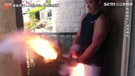男子花式發射煙火。(圖/AP/Jukin Media 授權)