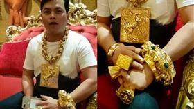 炫富,土豪,越南,黃金,項鍊,戒指,手鐲,點閱率 圖/翻攝自臉書