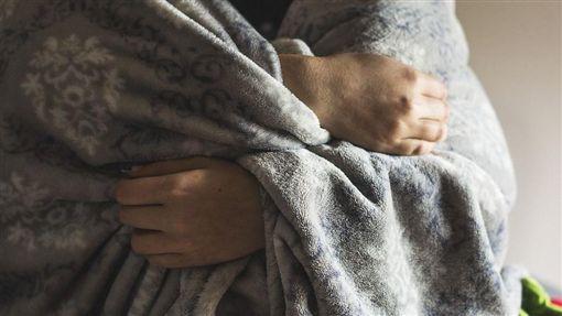 寒冬、寒冷、發抖示意圖/pixabay