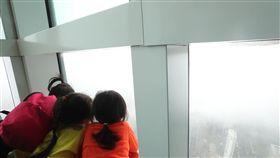 啟明學校學生參觀101(3)台北市立啟明學校學生7日下午參觀台北101,在觀景台俯瞰台北市景,雖然天氣不佳、視野不好,學生仍難掩興奮。中央社記者吳家昇攝  107年12月7日