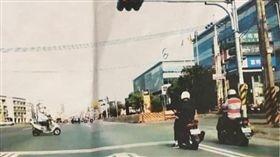 高雄,機車格,路肩,邊線,檢舉達人(圖/翻攝自爆怨公社臉書)