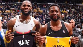 LeBron James與Dwyane Wade互換球衣(圖/翻攝自NBA官方推特)