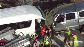 台籍旅客參加當地旅行團遇上嚴重車禍。(圖/取自網路)