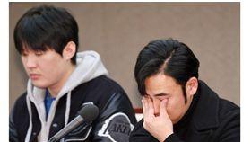 ▲韓國職棒假球案選手文宇藍(右)與李太陽召開記者會說明。(圖/截自韓國媒體)