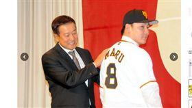 ▲丸佳浩(右)從讀賣巨人監督原辰德手中接下8號球衣。(圖/截自日本媒體)