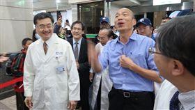 韓國瑜高醫出席音樂會 受熱情歡迎國民黨籍高雄市長當選人韓國瑜(前左2)11日晚間到高雄醫學大學附設中和紀念醫院參與關懷音樂會,受到院方及民眾熱情歡迎。中央社記者王淑芬攝 107年12月11日