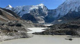 科學家警告,氣候變遷將導致喜馬拉雅山冰河以驚人速度融化,冰蝕湖伊姆扎湖(Imja)也可能持續擴大,終至崩塌,恐在尼泊爾引發駭人洪水。(圖/翻攝自@Hurshal推特)
