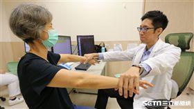 醫師慕德翰(右)說,60歲以上的族群,發生旋轉肌袖撕裂的機率近4成。(圖非新聞當事人/亞大醫院提供)