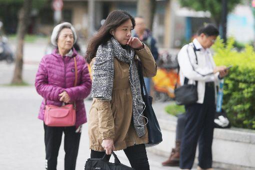 東北季風增強(1)東北季風增強,據中央氣象局預估,這波冷空氣接近大陸冷氣團等級。民眾12日出門穿上冬衣禦寒。中央社記者徐肇昌攝  107年12月12日