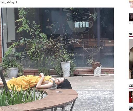 越南正妹躺公園,大秀側乳。(圖/翻攝自《Hayvn.net》)