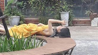 野外秀!越南妹躺公園露側邊「溢奶」