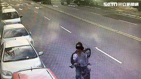 曾男帶著腳踏車零件外出,並棄置在復興崗站及忠義站間軌道,導致列車行經時直接撞上,警方循線將他逮捕,訊後依公共危險罪送辦(翻攝畫面)