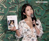 鄭家純(雞排妹)2018個人寫真集「泰純了」人生首次泰國拍攝完成 。(記者邱榮吉/攝影)