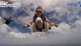 澳洲102歲人瑞奶奶跳傘作公益 締造歷史紀錄(圖/YouTube「SA Skydiving」)