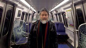 集自由力量  孟浪發起成立獨立中文筆會中國現代詩人孟浪1995年從美國開始了漫長的海外生涯,2001年並與海外中國作家成立「中國獨立作家筆會」(現獨立中文筆會),成為維繫海外中國自由人士力量的重要組織,並踏上人權工作者之路。(孟浪提供)中央社  106年12月7日
