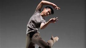 5年一度的約定 吳義芳演出555獨舞作(1)從40歲那年開始,舞蹈工作者吳義芳與觀眾約定,每隔5年舉行一次獨舞展,今年他55歲,與劇場導演魏瑛娟合作推出「555」獨舞。圖為演出宣傳照。(吳義芳提供)中央社記者汪宜儒傳真 107年12月12日