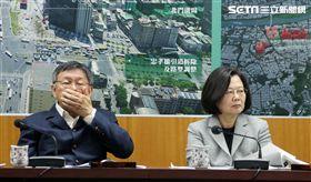 總統蔡英文與台北市長柯文哲(13)日進行會面,先在北門聽取簡報,隨後並在北門郵局進一步聽取簡報,但兩人互動冷淡、視線幾乎零交集。(記者邱榮吉/攝影)
