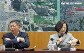 總統蔡英文與台北市長柯文哲13日進行會面,先在北門聽取簡報,隨後並在北門郵局進一步聽取簡報,兩人互動冷淡、視線零交集。(記者邱榮吉/攝影)