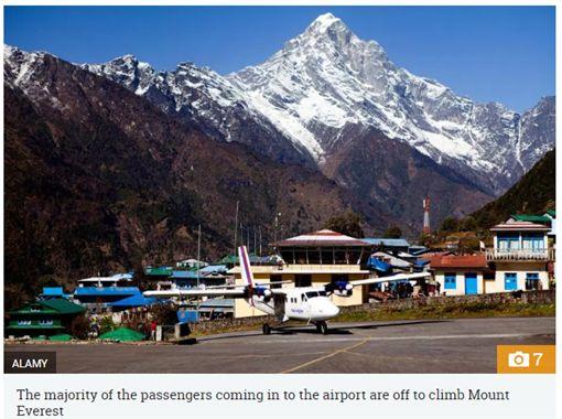 丹增希拉瑞機場堪稱全世界最危險的機場之一。(圖/翻攝The Sun)