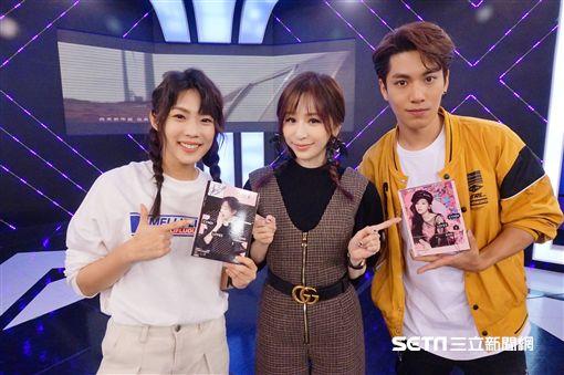 王心凌和《完全娛樂》主持人宇宙、子閎,分享睽違三年推出的新專輯。
