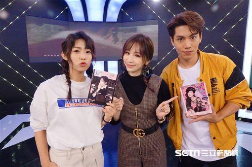 王心凌赴《完全娛樂》宣傳新專輯,接受「犀利記者會」單元拷問.