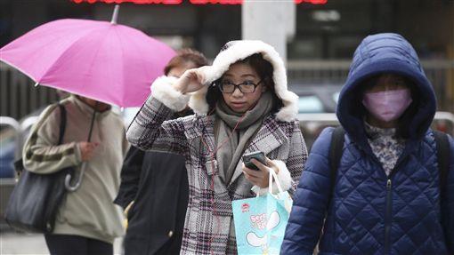 北部東北部濕冷(2)中央氣象局預報,22日受大陸冷氣團及華南雲雨區東移影響,北部、東北部濕冷,其他地區有局部短暫雨。台北民眾外出,穿著厚重衣物禦寒。中央社記者吳翊寧攝 107年2月22日